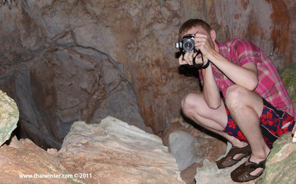 Тайский фотограф в пещере