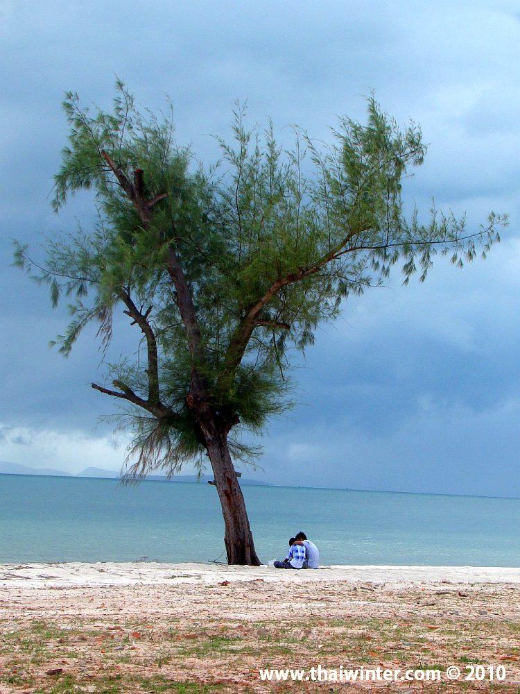 Парочка на безлюдном пляже