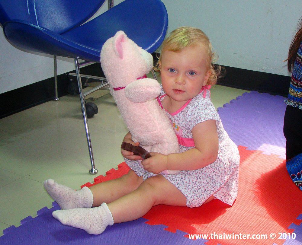 Играет в госпитале (детская комната)