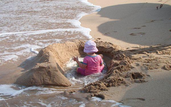 Мини-бассейн на берегу, наполняемый от волн | Зима в Таиланде