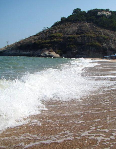 Волны на пляже Sai Noi в Хуа Хине | Зима в Таиланде