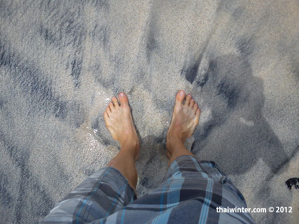 Вот такой 'белый' песок на пляже White Sand Beach на Бали