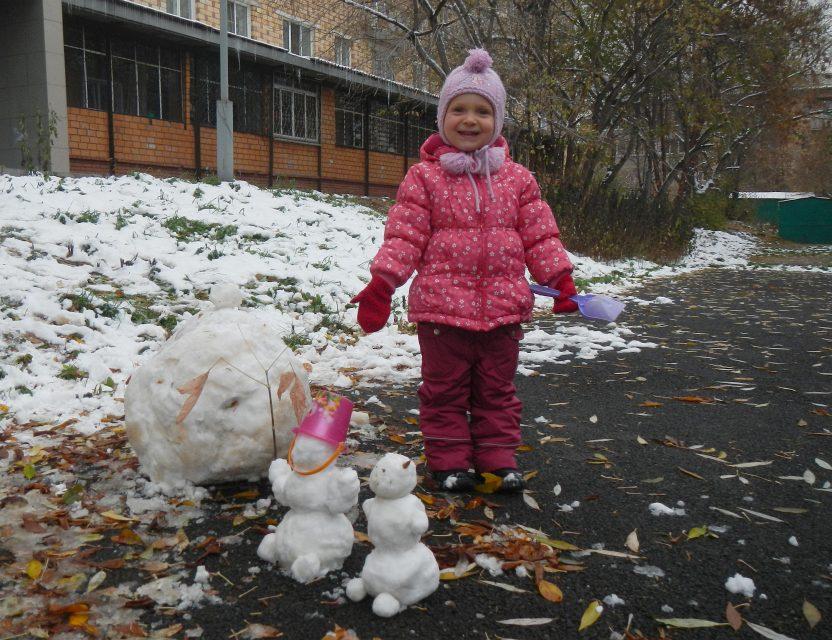 Лепим снеговика во дворе