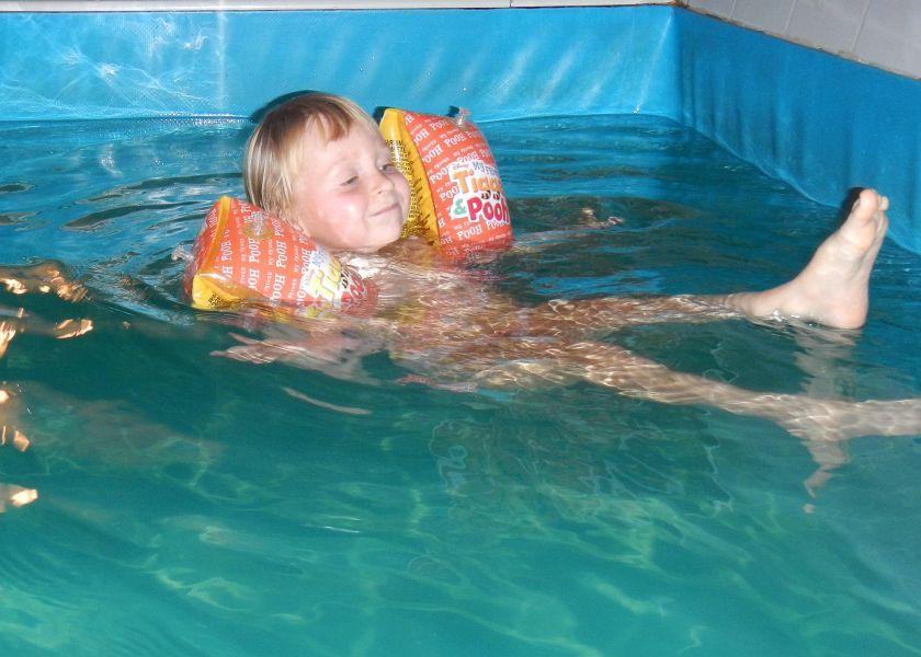 Василиса в бассейне