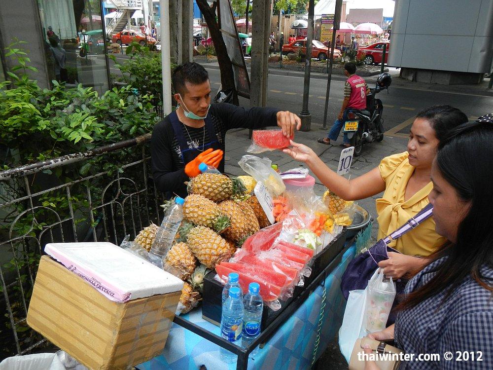 Свежие фрукты на улочках Бангкока