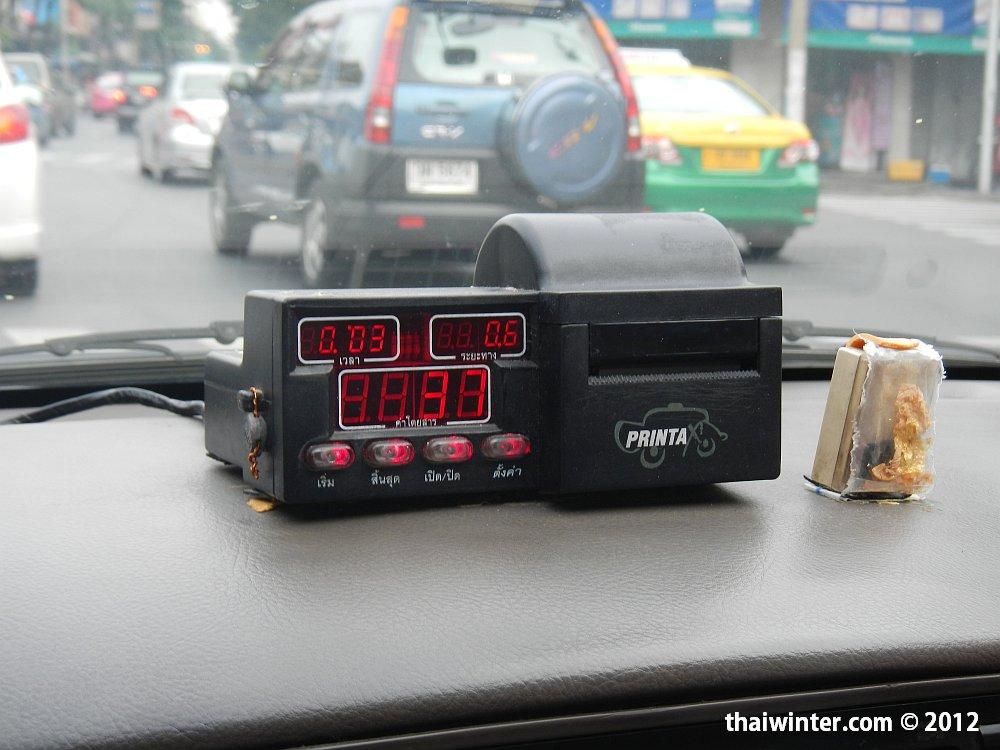 Бангкокское такси с включенным таксометром