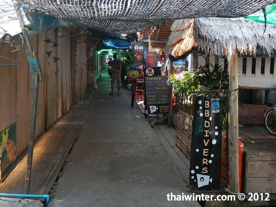Торговая улочка до пирса - 4 острова