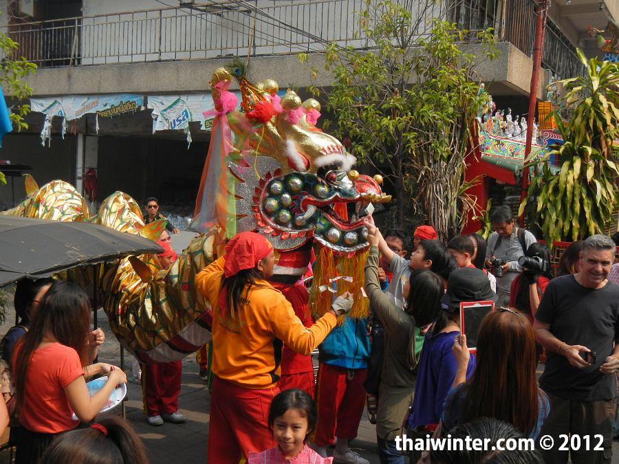 Пожертвования в пасть дракона на Китайский Новый Год