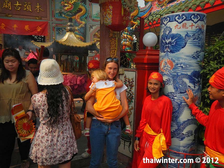 Жанна и Василиса в китайском храме Чианг Мая