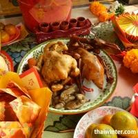 Подношения духам в храме на Китайский Новый Год