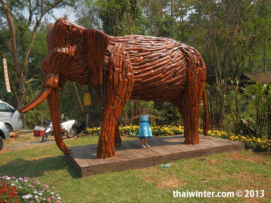 Деревянный слон на входе