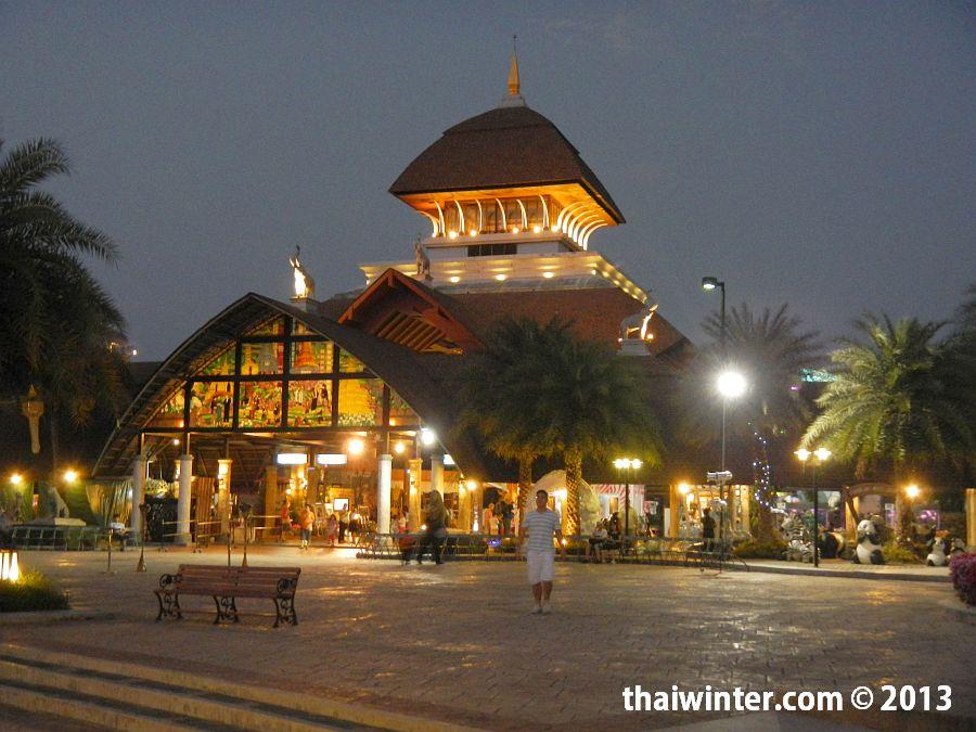 Главная площадь Chiang Mai Night Safari