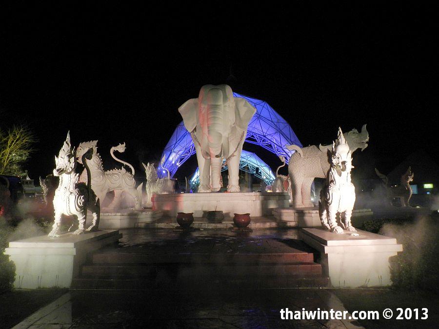 Скульптуры перед входом в Chiang Mai Night Safari