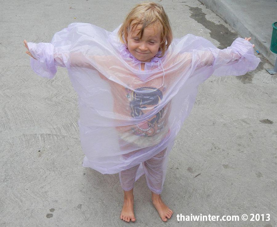 Василиса в защитном дождевике на Сонгкран на Пхукете