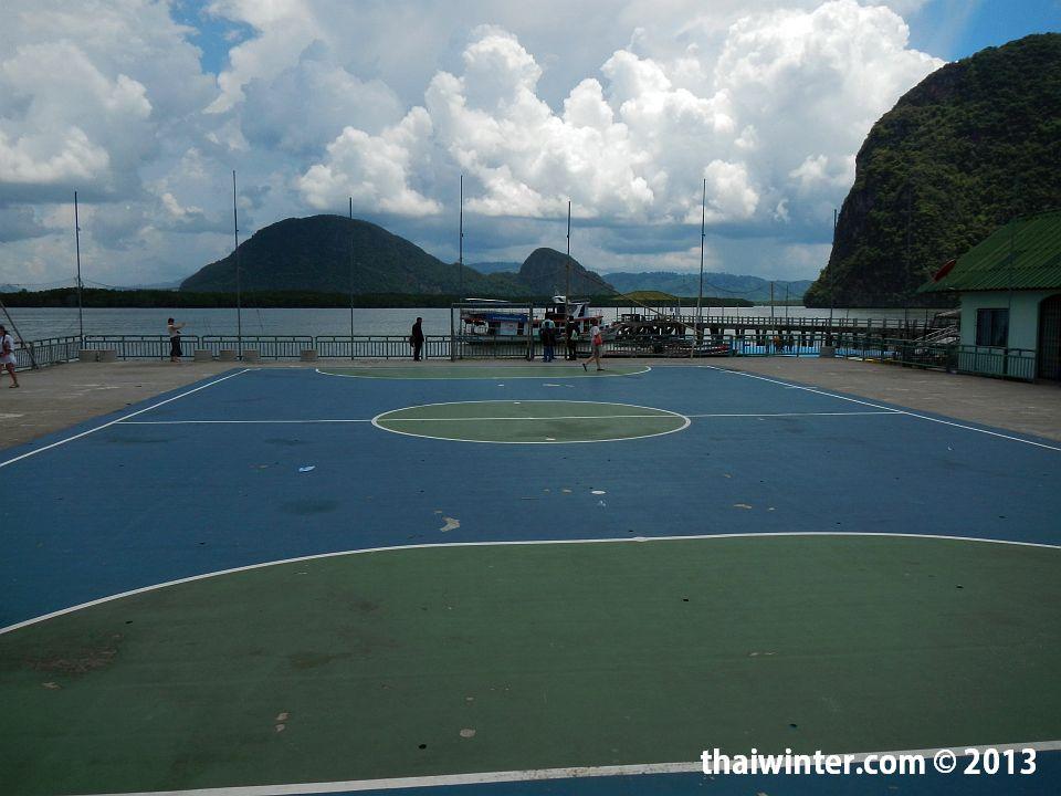 Футбольное поле в местной школе