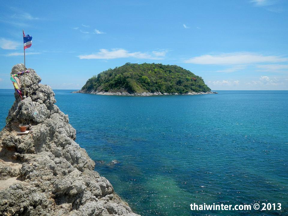 Островок напротив пляжа Yanui острова Пхукет