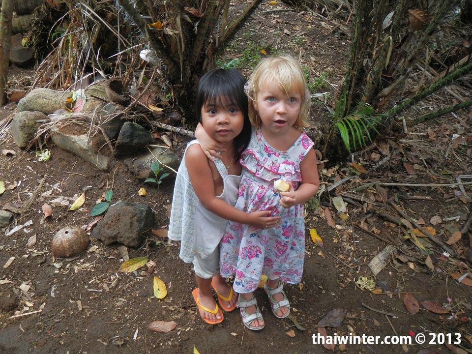 Василиса и ее ровесница на плантации салака на Бали