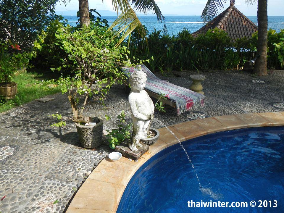 Писающий мальчик в нашем бассейне на Бали