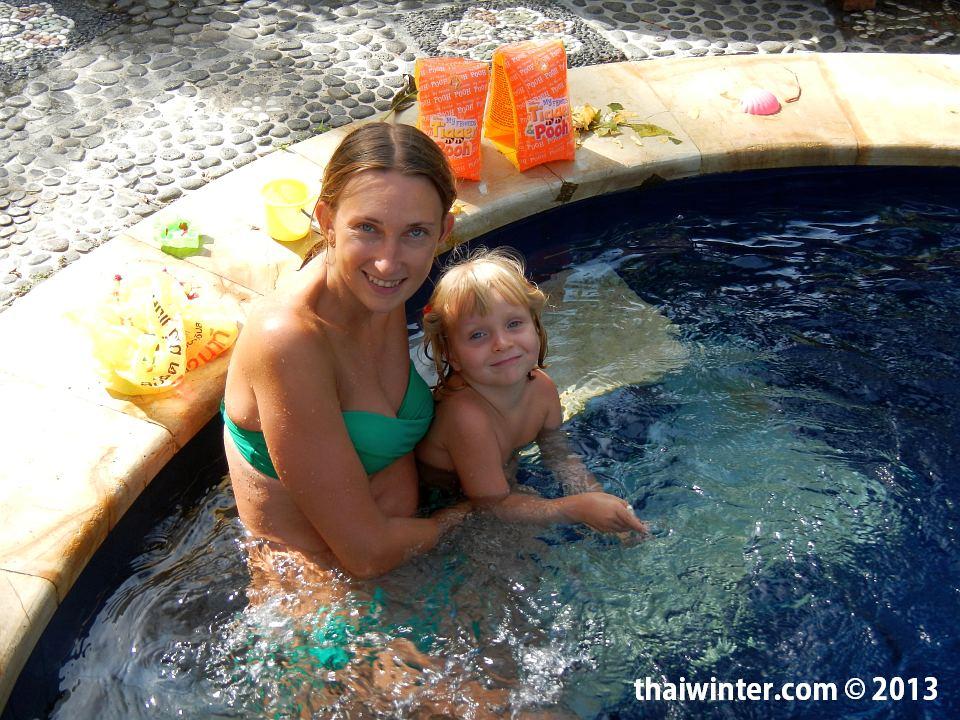 Плаваем в нашем бассейне на Бали