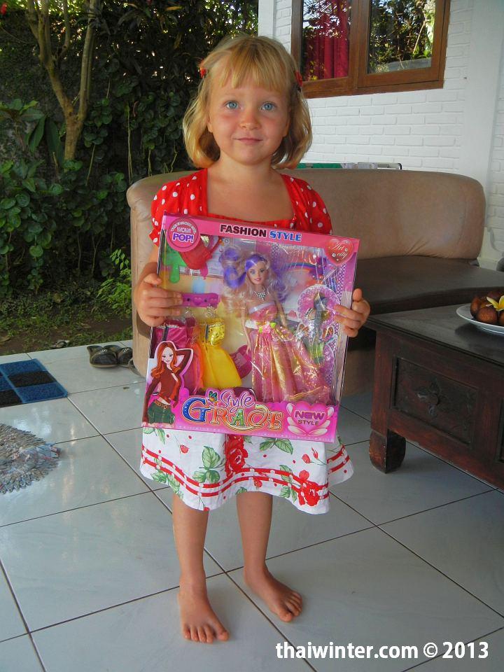 Наша юная именинница с подарком на День Рождения (платье и барби с нарядами)