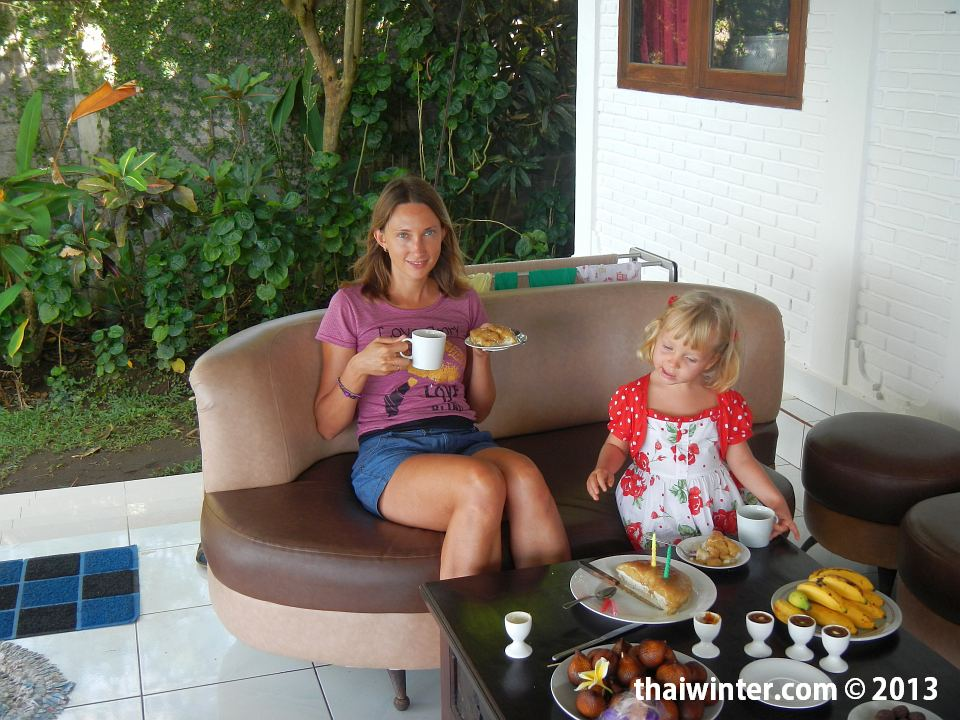 Жанна с именинницей за праздничным столом