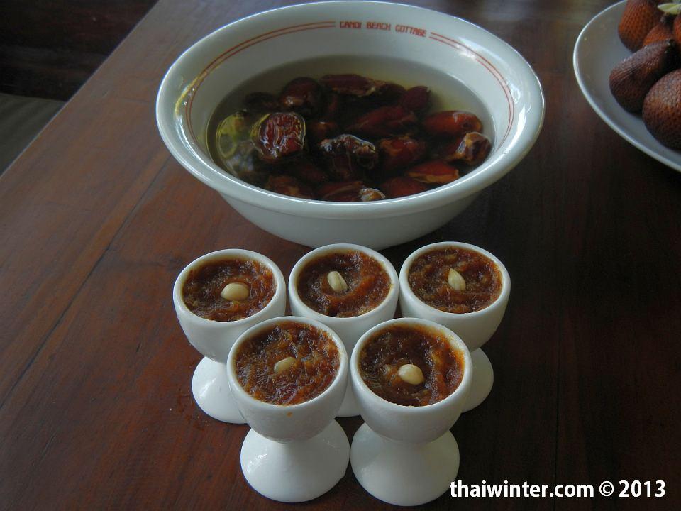 Сыроедные сладости - финиковое пюре с арахисом