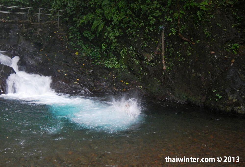 Прыжок с тарзанки на водопаде Гит-Гит