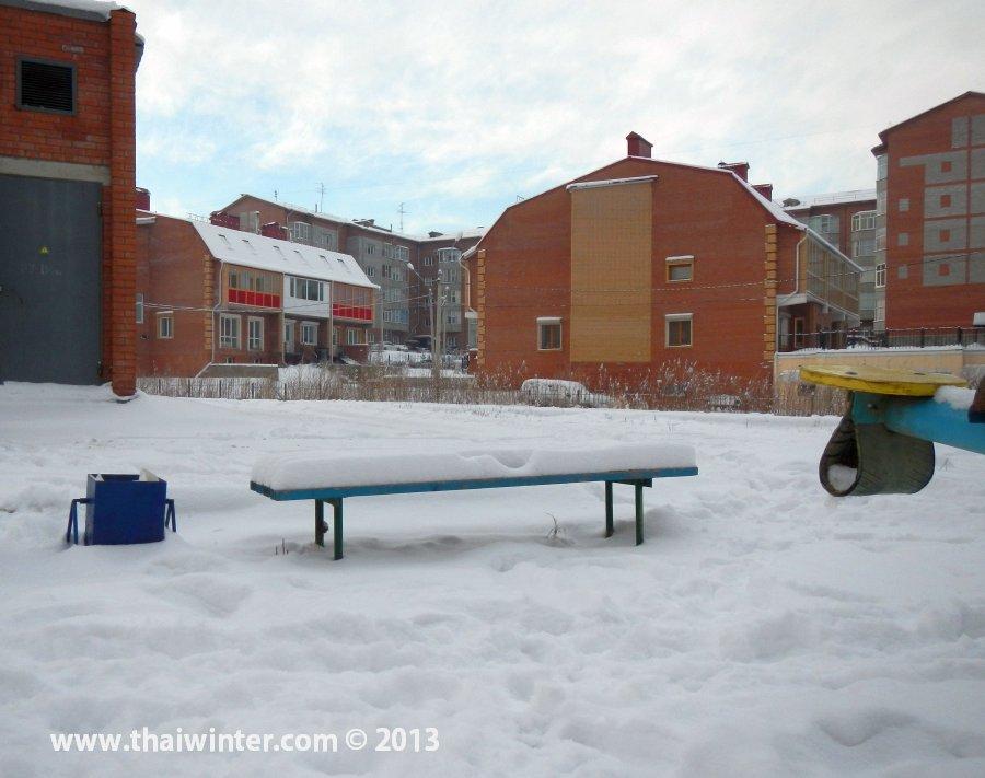 Лавка в снегу в Красноярске