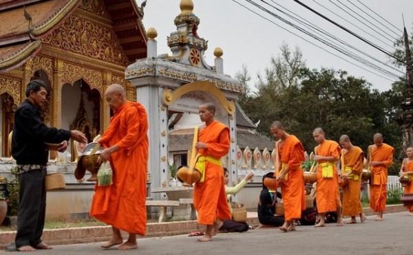 Бинтхабат – традиционный сбор пищи тайскими монахами