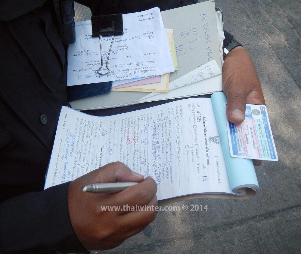 Полицейский выписывает штраф в Паттайе