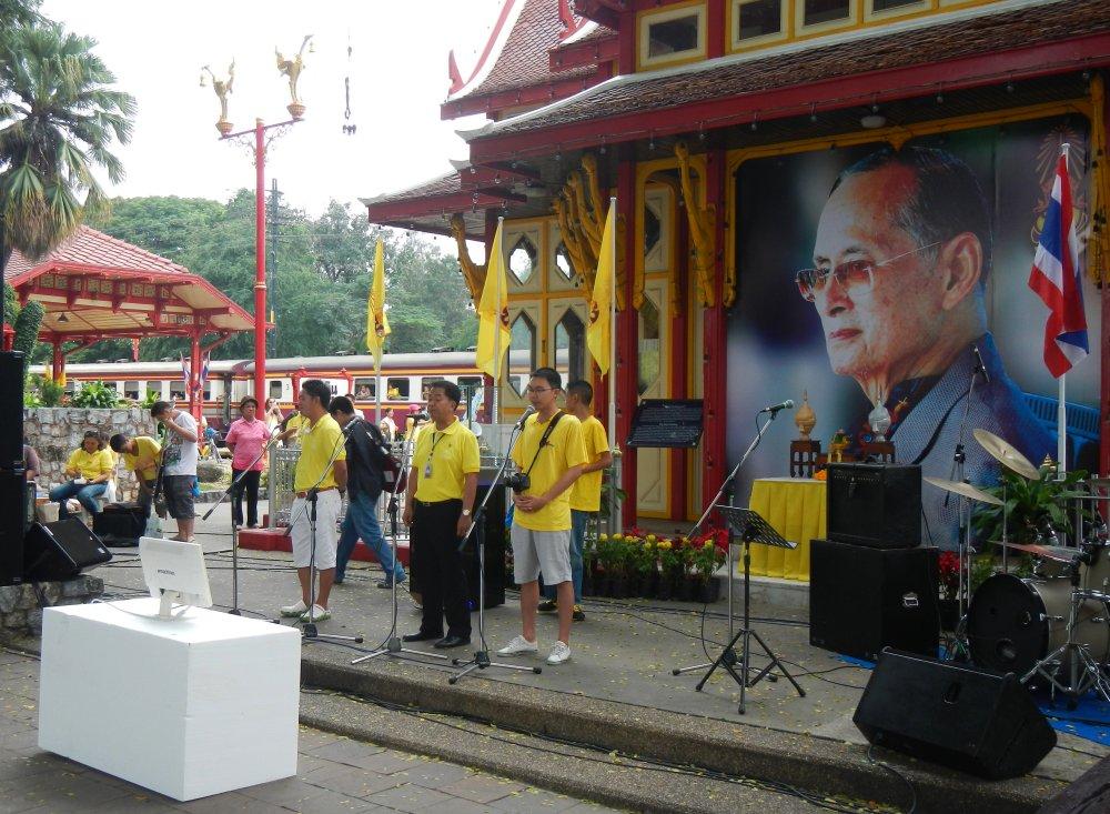 Сцена возле королевской беседки