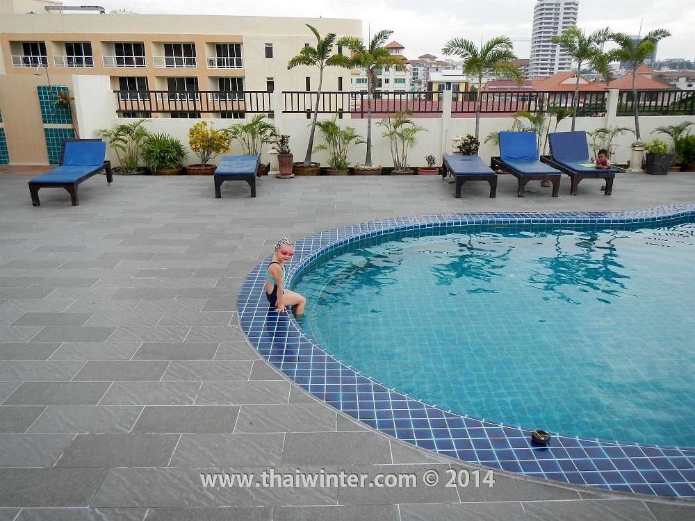 Василиса в бассейне на крыше отеля Siam View Residence