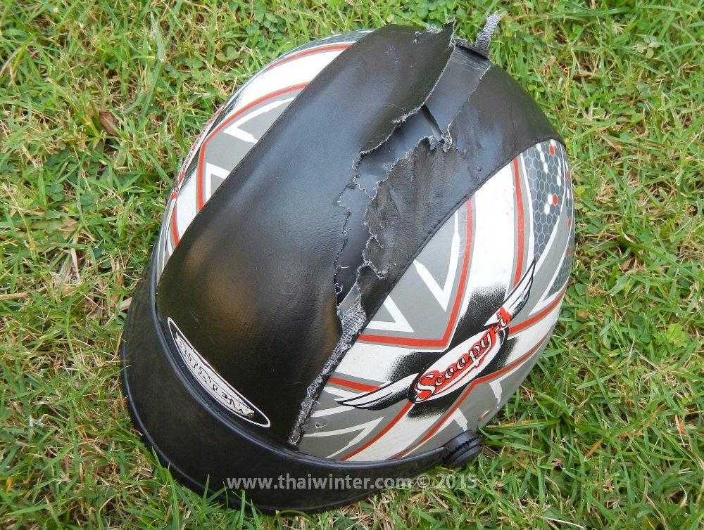 Разорванный шлем Жанны с трещиной внутри