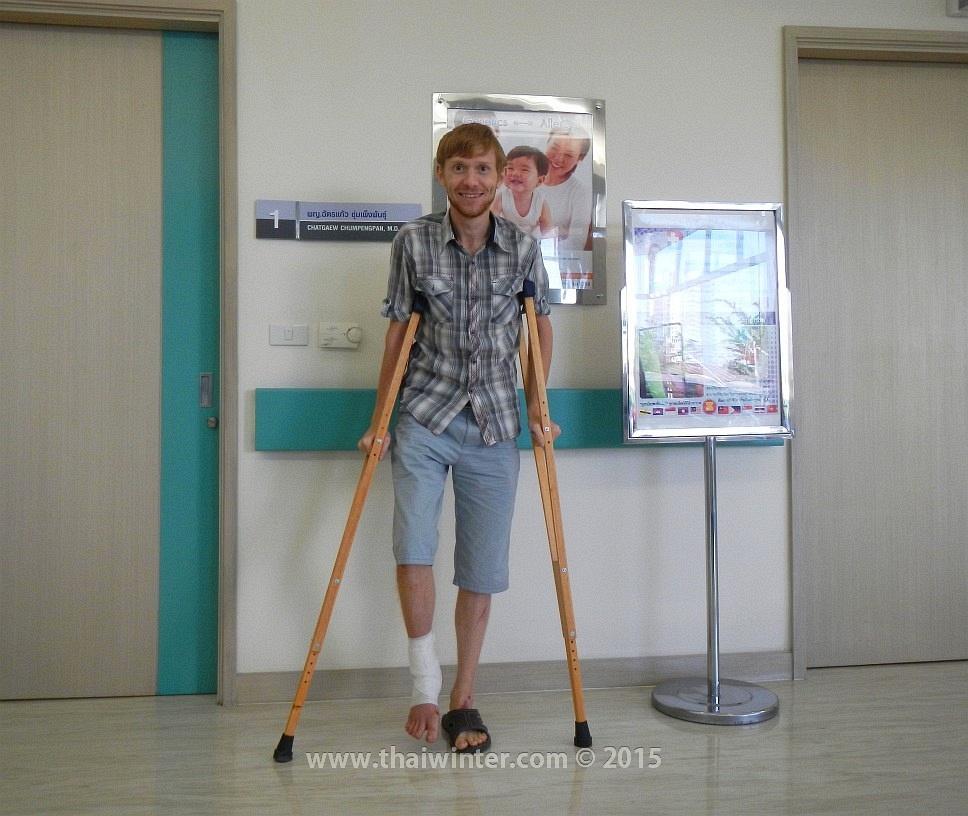 Я на костылях в Bangkok Hospital
