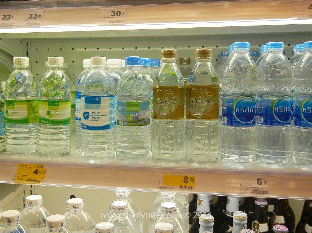 Обычная очищенная бутилированная вода в Таиланде