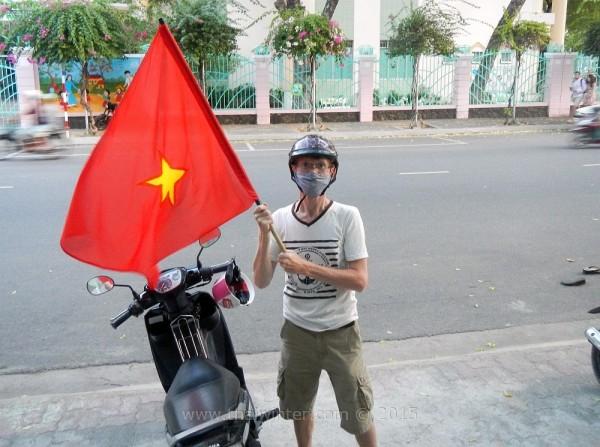 Я с флагом на День Победы во Вьетнаме