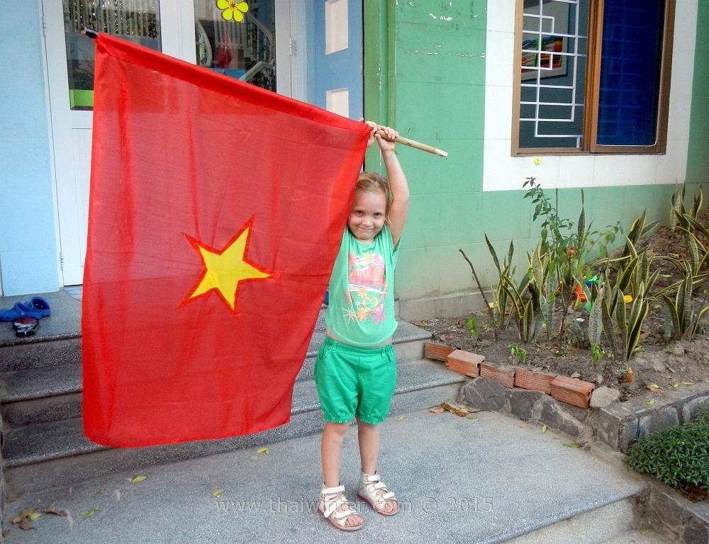 Василиса с флагом Вьетнама на День Победы