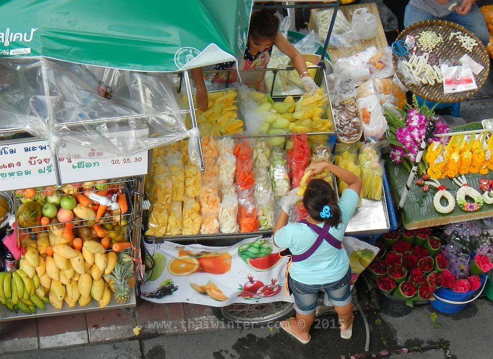 Нарезки свежих фруктов у тайских уличных торговцев | Чем накормить ребенка в Таиланде без последствий