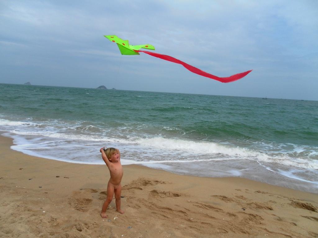 Артемка со змеем на пляже | Зима в Таиланде