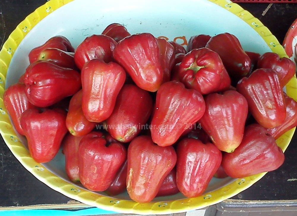 розовое яблоко на тайском рынке