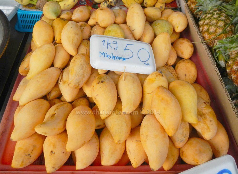 тайское желтое манго Namdokmai на рынке