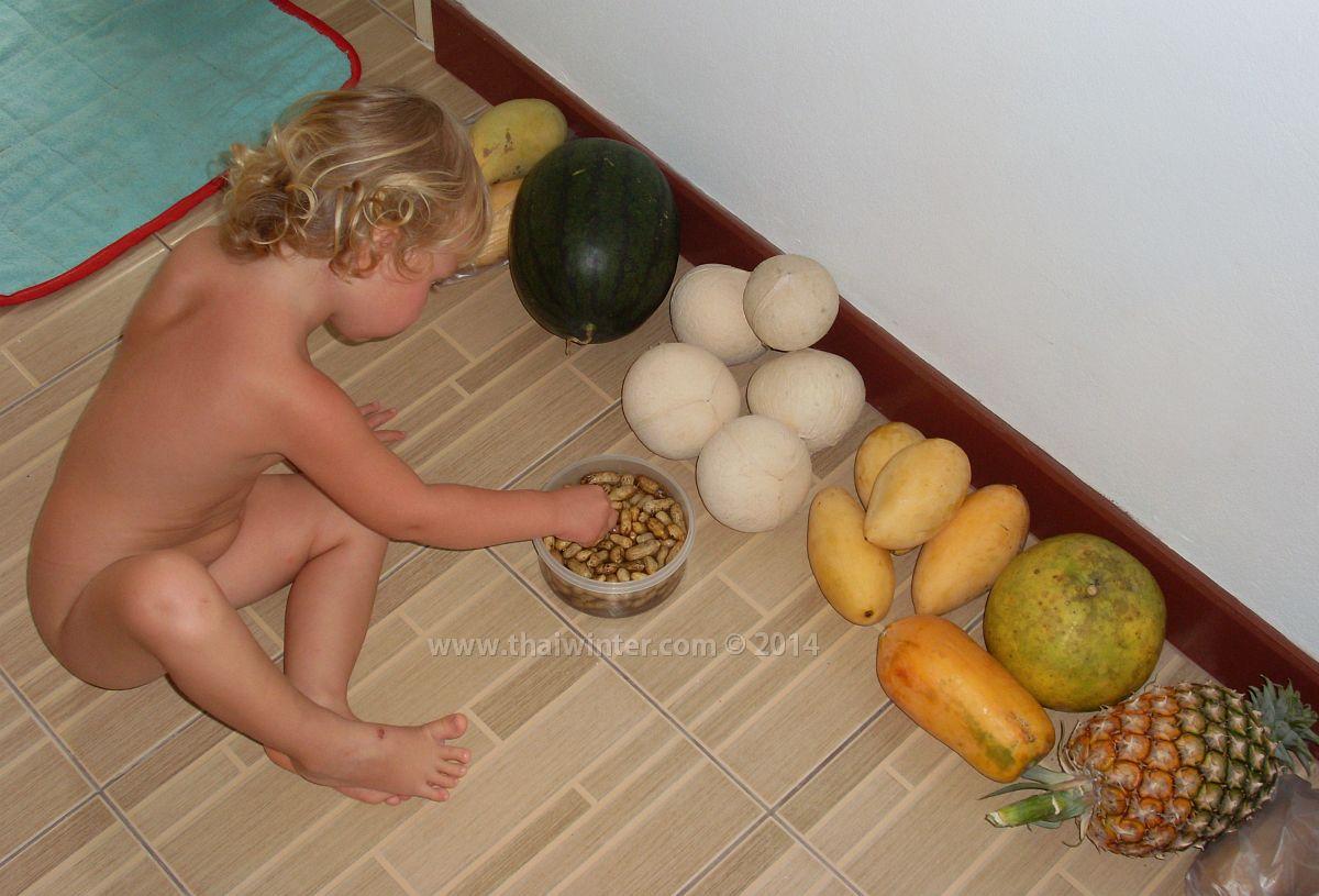Василиса и набор фруктов на день на острове Самуи во вторую зимовку