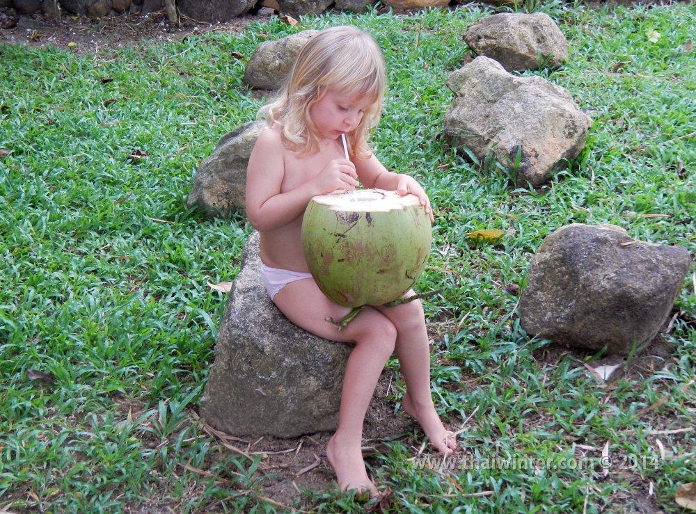 Василиса пьет сок молодого кокоса