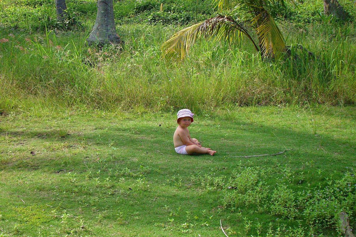 Василиса играет в пальмовой роще домика на Пангане | Зима в Таиланде