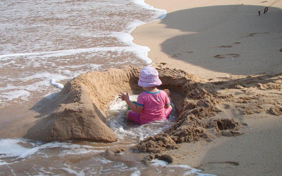 Василиса в самодельном бассейне на пляже | Зима в Таиланде