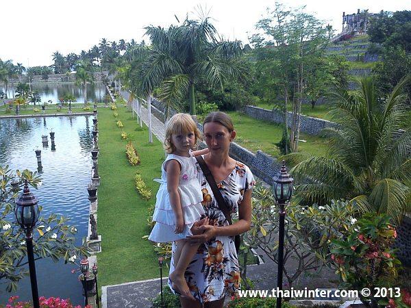 Жанна на острове Бали во дворце Тиртаганга
