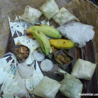 Подношения богам на пляже Паданг Бая
