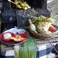Подношения богам на пляже Паданг Бая в маленьком храме