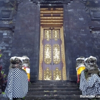 Двери в Храме Бесаких