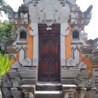 Двери балийского дома